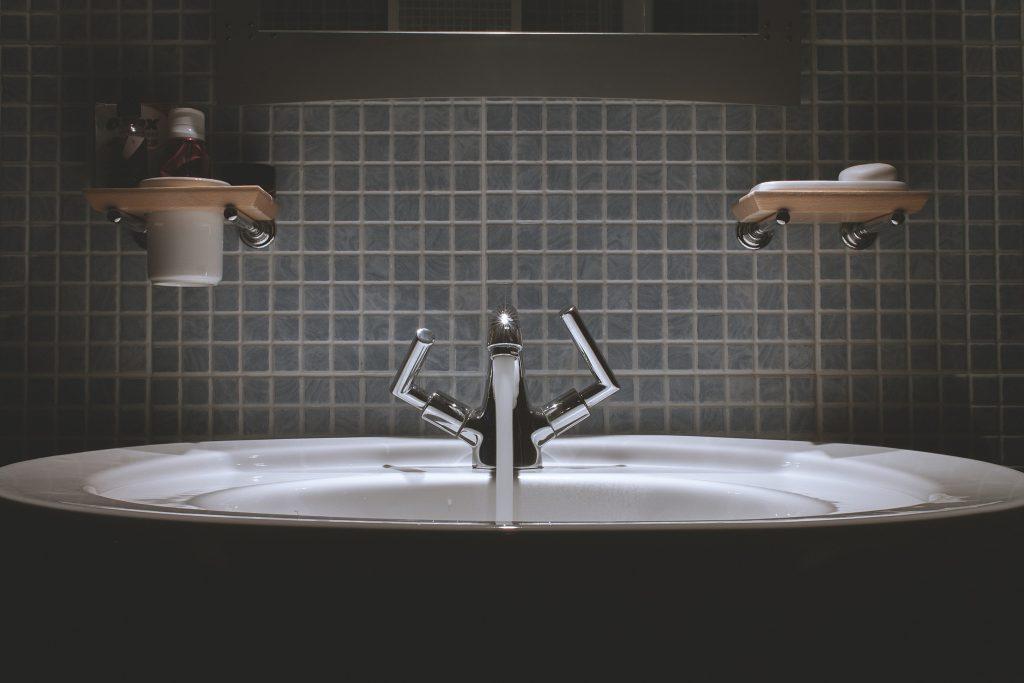 robinet qui coule dans une salle de bain