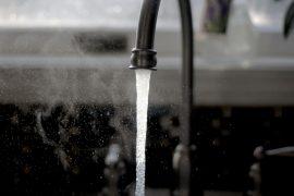 robinet qui déverse de l'eau