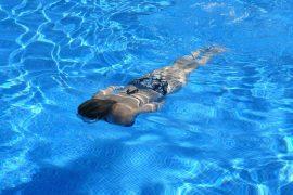 personne qui nage dans une piscine
